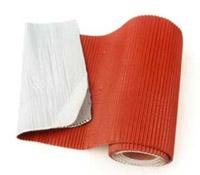 DELTA-TOP-B Рулон з пофарбованої свинцевої стрічки для облаштування примикань покрівельного матеріалу до стін і труб. На всю оброблену поверхню рулону нанесений клейкий шар з синтетичного бутилкаучуку. Захисна плівка оберігає рулон від склеювання. Рулони мають індивідуальну картонну упаковку.