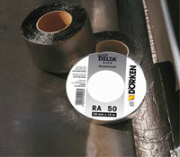 DELTA-BAND Ущільнювальна клейка стрічка з бітумно-каучукової маси з покриттям з алюмінієвої фольги. Забарвлена в свинцевий (графітовий) колір.