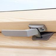 Коли встановити вікно з ручкою знизу? Міцна ручка з цинку розташована в нижній частині вікна дозволяє керувати вікном на завищеній позиції, якщо високого пристінку не вдалося уникнути. Нижня ручка дозволяє зафіксувати вікно в двох позиціях для провітрювання.