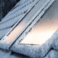 Адаптовано та перевірено в суворих умовах скандинавських зим. Якщо мансардне вікно встановлене в дах з малим ухилом і нерегулярно очищається від снігу та льоду, то конструкція вікна піддається додатковому навантаженню в період, коли тане сніг і є перепаду температур. Для таких випадків ми передбачили унікальну технологію захисту.