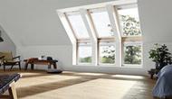 Ще більше природного світла Що більша площа скління мансардного вікна, то більше світла потрапляє до приміщення. Додатковий віконний елемент, встановлений безпосередньо під Вашим мансардним вікном, відкриває дивовижний вид з Вашого вікна до самої підлоги і заповнює усю кімнату природним світлом.