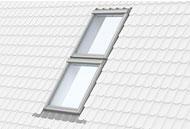 Вертикальна комбінація двох мансардних вікон Velux.
