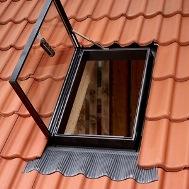 Великий експлуатаційний вихід для холодних, нежилих горищ Вікно-люк GVT призначено для використання як експлуатаційний вихід. Люк для неопалювальних приміщень, він забезпечує світло та вентиляцію у холодному горищі. Відкривається по бічній осі. Має однокамерний склопакет, вбудований комір та посилену нижню частину. Для покрівельного матеріалу з висотою профіля до 60 мм. Розмір виходу 49х76 см. Стулка виготовлена з анодованого алюмінію. Вологостійка віконна коробка. Колір чорний. Склопакет посилений.