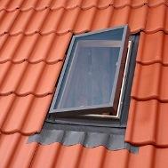 Вікно-люк для неутепленого та і холодного горища Недороге рішення для обслуговування та ремонту покрівлі, а також для вентиляції та освітлення неопалювальних приміщень під дахом. Модель VLT 025 (45x55) і модель VLT 029 (45x73 см) відкриваються по верхній або по бічній осі. Стулка фіксується в трьох положеннях для провітрювання. Коробка вікна дерев'яна, стулка – алюмінієва. Вбудований універсальний комір і склопакет. Кут нахилу покрівлі 20-60°. Для покрівельного матеріалу з висотою профілю до 60 мм.