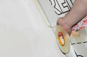 DELTA®-TIXX VDR - клейовий шнур для повітронепроникного примикання пароізоляційних плівок до стін.
