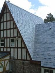 SCHINDEL SAMACA Сланцевий гонт - один з різновидів укладання сланцю на дах, іметує дерев'яний гонт і створює унікальний візерунок, який надає об'ємність покрівлі. Натуральний сланець покладений цим способом перетворить не тільки покрівлю, а й фасад будь-якої будівлі.