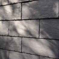 ГОРИЗОНТАЛЬНА КЛАДКА SAMACA Горизонтальна кладка - дуже економічне рішення для проектування сучасних фасадів в прямолінійному стилі, сланцеві плитки перекриваються виключно по висоті і фіксуються спеціальними гачками.